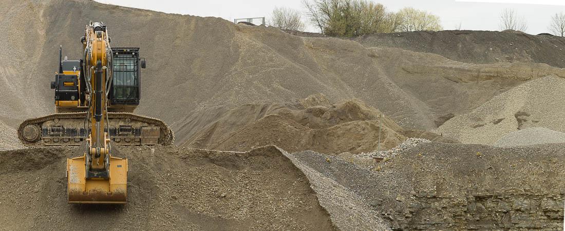 Abbau von Schottermaterialien im Steinbruch in verschiedenen Körnungen.