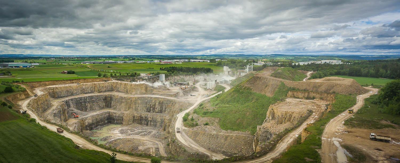 Steinbruch und Erddeponie aus nordöstlicher Sicht